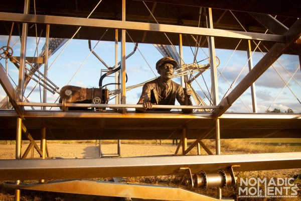 Monument to depicting the Wright Brothers first flight.